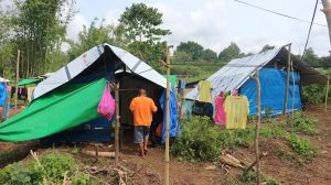 Earthquake-victims-living-in-tents
